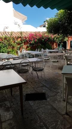 Terraza del restaurante por el que se pasa a la fábrica.